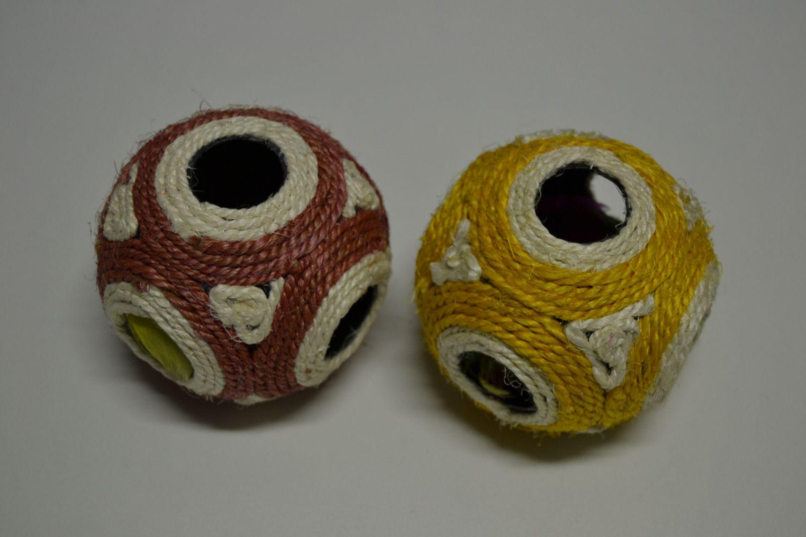 Hračka pro kočky - dutá sisálová koule 11cm + míček
