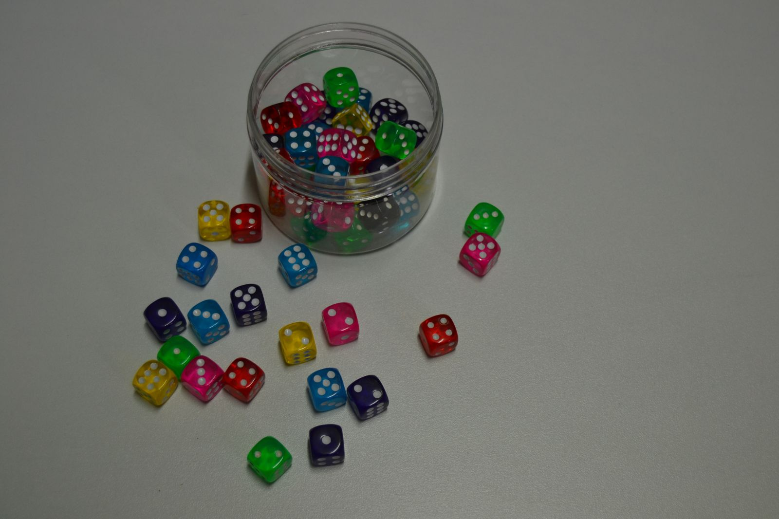 Různobarevné hrací kostky - 50 ks - velikost 14 mm